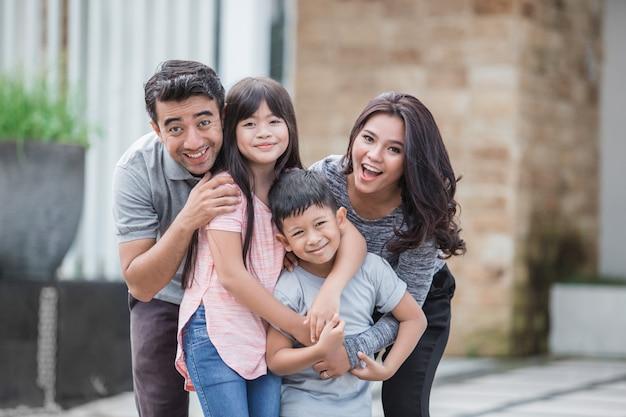 Deux enfants avec leurs parents