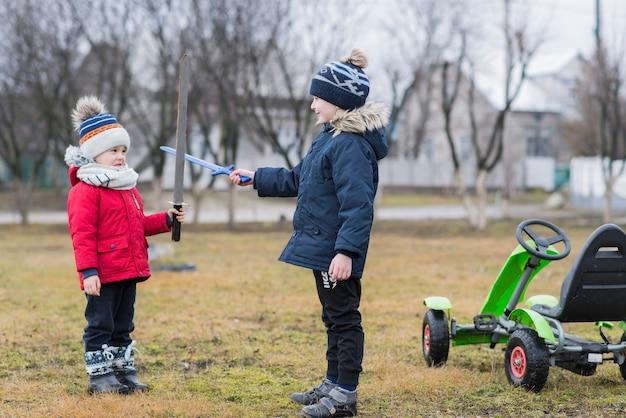 Deux enfants qui jouent dehors