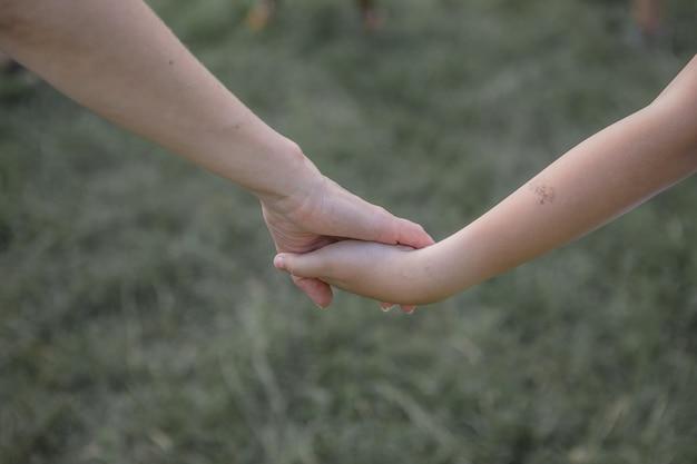 Un deux enfants se tenant la main l'amitié