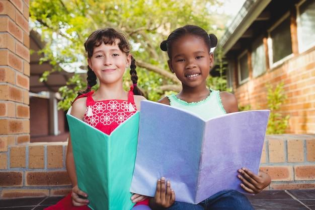 Deux enfants tenant un livre