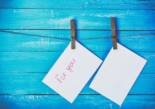 Deux enveloppes sifflant sur une corde