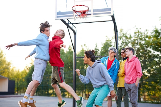 Deux équipes de basket, les rivaux jouent les uns avec les autres