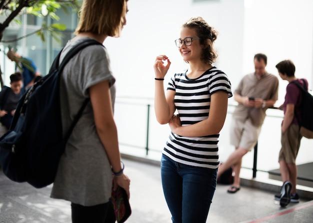 Deux étudiantes parlent à l'école