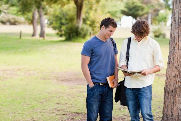 Deux étudiants debout