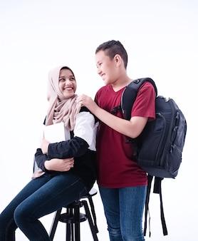 Deux étudiants musulmans sur fond blanc, avec sourire et sentiment de bonheur