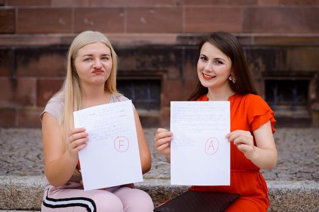 Deux étudiants ont reçu des articles avec le résultat final du test