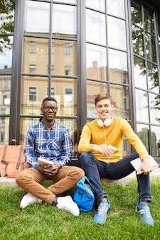 Deux étudiants posant à l'extérieur