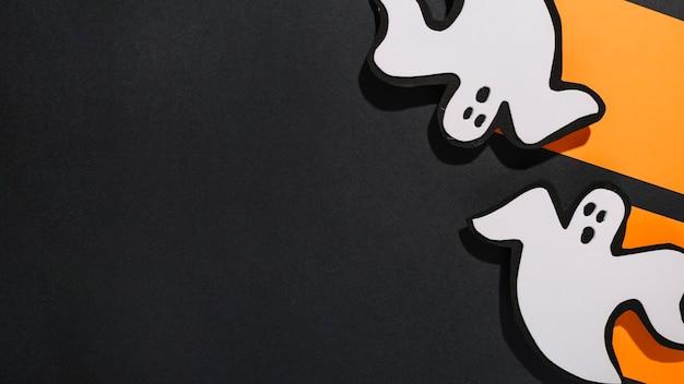 Deux fantômes blancs sur papier orange