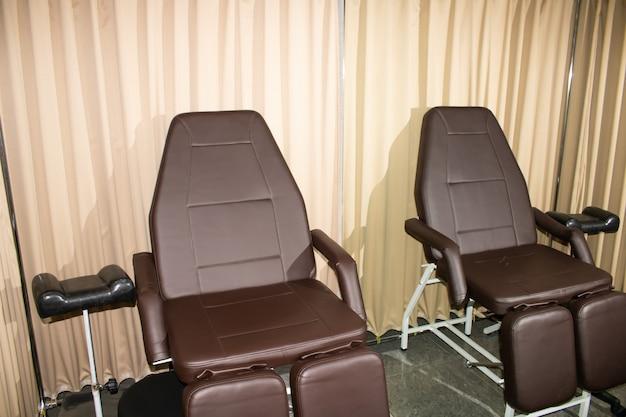 Deux fauteuils dans le cabinet de pédicure dans le salon de beauté