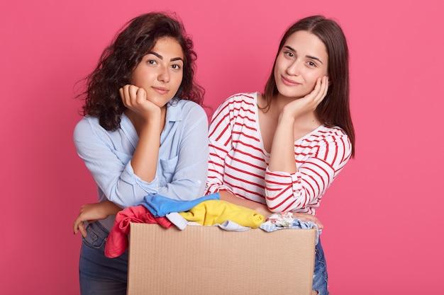 Deux femelles calmes gardant les mains sous le menton