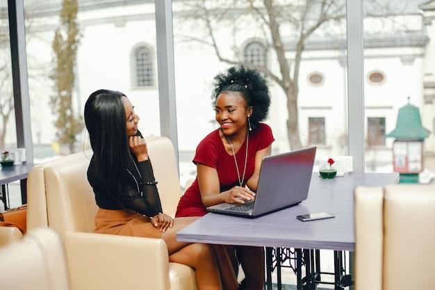Deux femme affaires dans un café