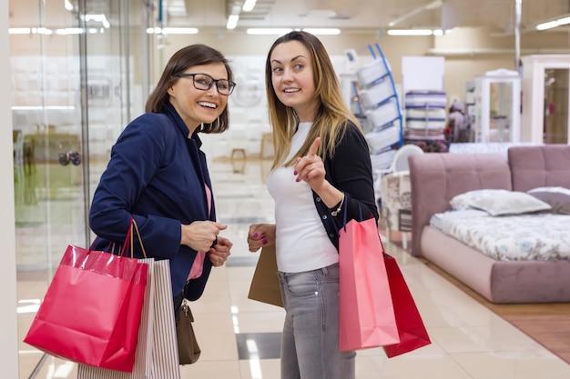 Deux, femme, apprécier, achats, centre commercial