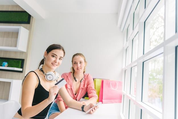 Deux femme caucasienne faire du shopping en ligne