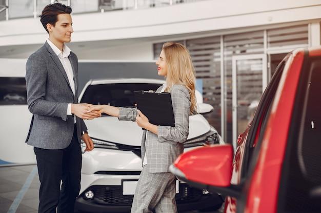 Deux femme élégante dans un salon de voiture