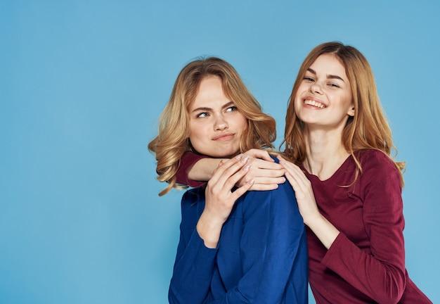 Deux femme robe élégante communication amitié vue recadrée close-up studio positif