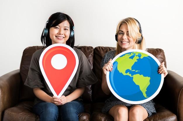 Deux femme tenant un icone de localisation