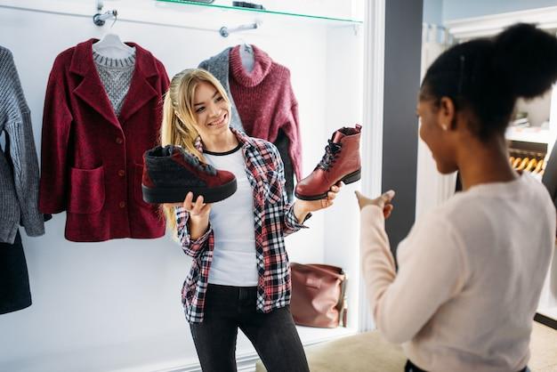 Deux femmes achetant des vêtements et des chaussures
