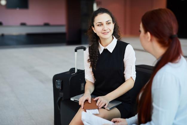 Deux femmes à l'aéroport
