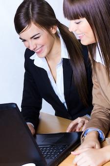 Deux femmes d'affaires au bureau