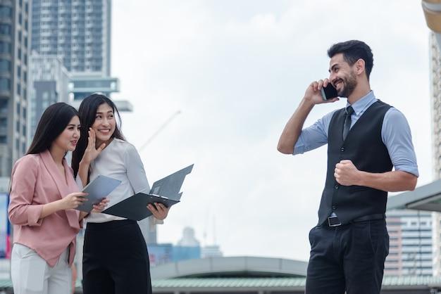 Deux femmes d'affaires à bavarder boss