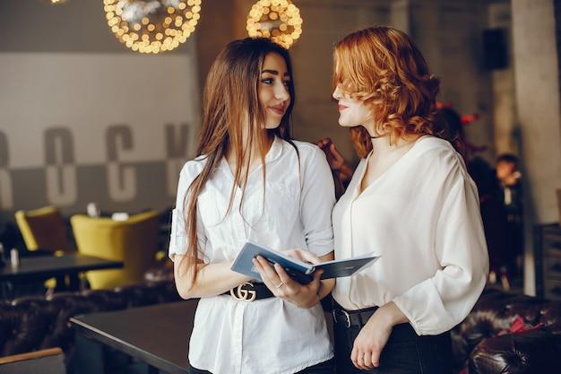 Deux femmes d'affaires dans un café