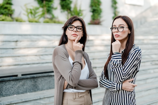Deux, femmes affaires, dans, lunettes, penser