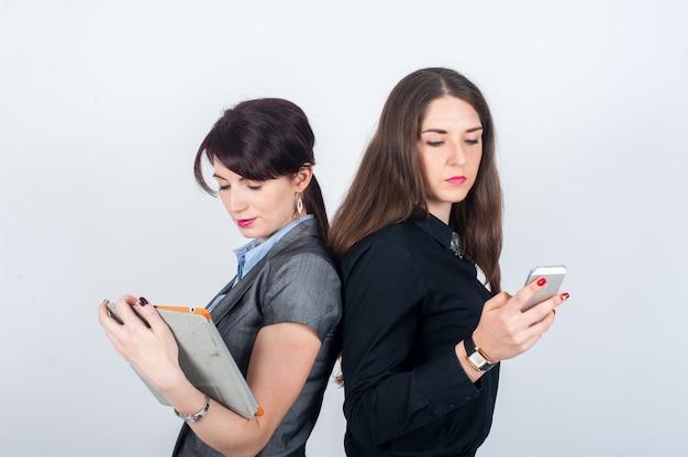 Deux femmes d'affaires debout dos à l'autre