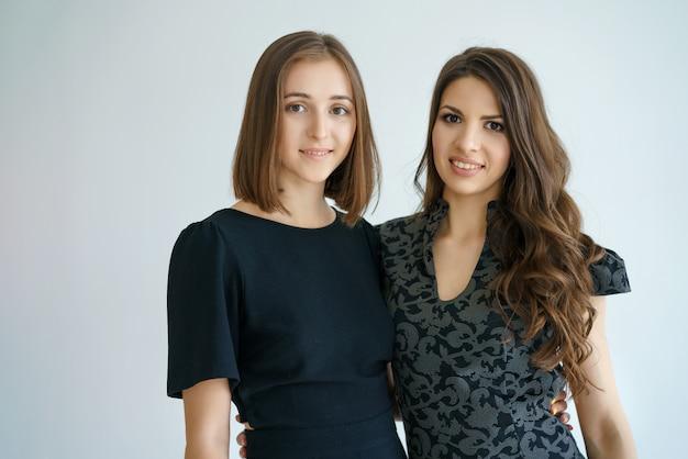 Deux femmes d'affaires heureux sourient