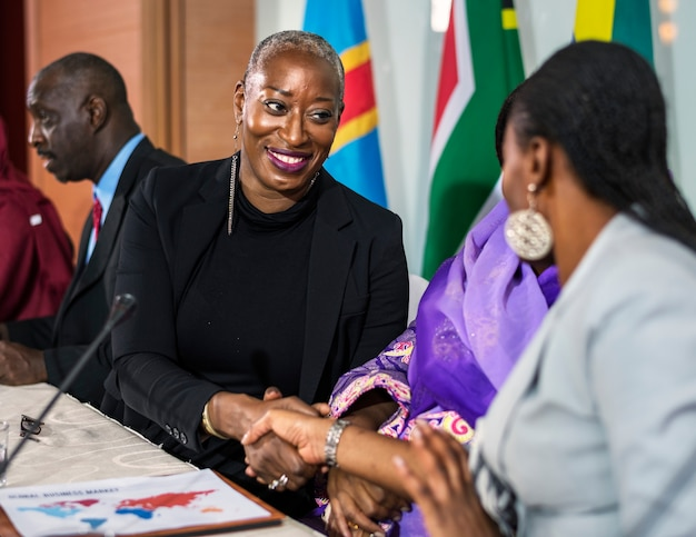 Deux femmes d'affaires se serrent la main