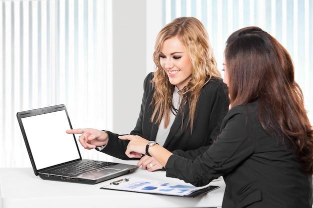 Deux femmes d'affaires sympathiques assis et discutant de nouvelles idées, isolés
