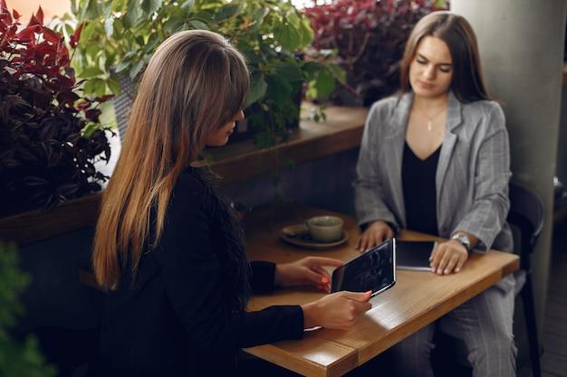 Deux femmes d'affaires travaillant dans un café