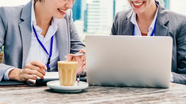 Deux femmes d'affaires travaillant ensemble