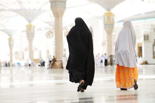 Deux femmes arabes musulmanes marchant