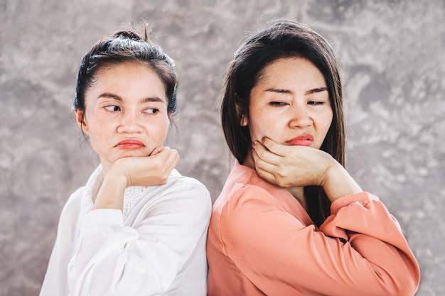 Deux femmes asiatiques ouvrières ennemies