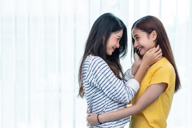 Deux femmes asiatiques se regardant à la maison. notion de personnes et de modes de vie.