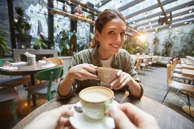 Deux femmes bavardant autour d'un café