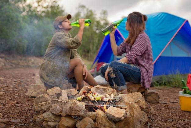 Deux femmes boivent. camping et atmosphère de détente