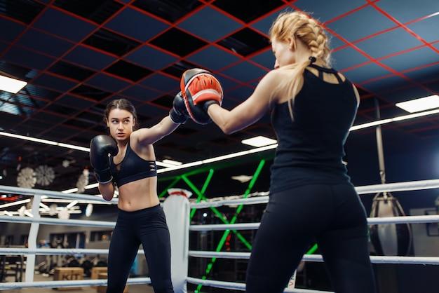 Deux femmes de boxe dans le ring, formation de boîte
