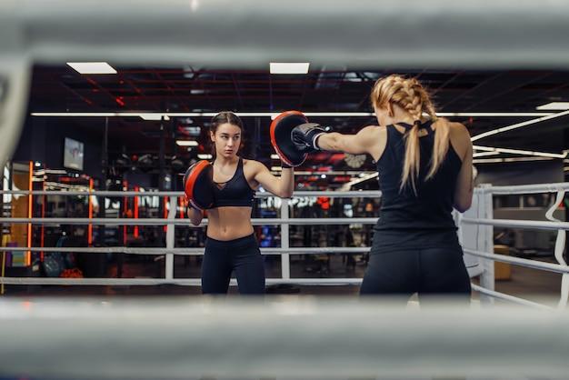 Deux femmes boxe sur le ring, entraînement de boîte