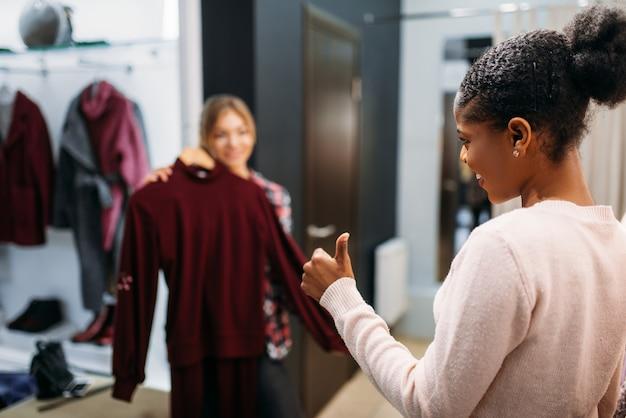 Deux femmes choisissant des vêtements