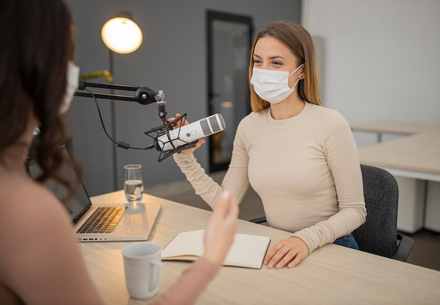 Deux femmes conversant à la radio