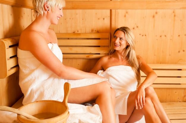 Deux femmes dans sauna