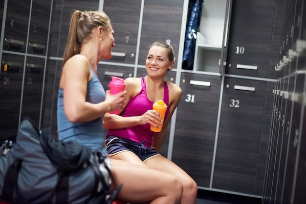 Deux femmes dans un vestiaire au gymnase