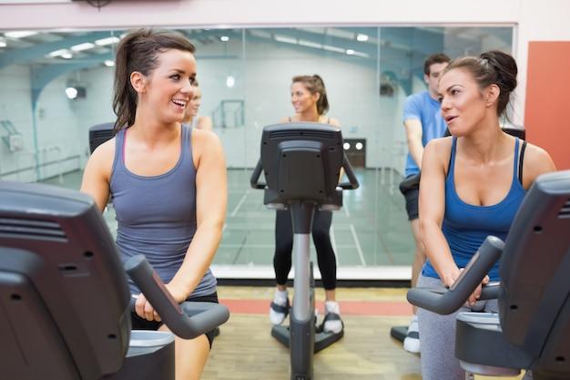 Deux femmes discutant lors d'une séance de spinning