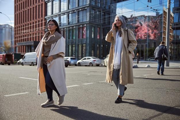 Deux femmes élégantes marchant dans la rue