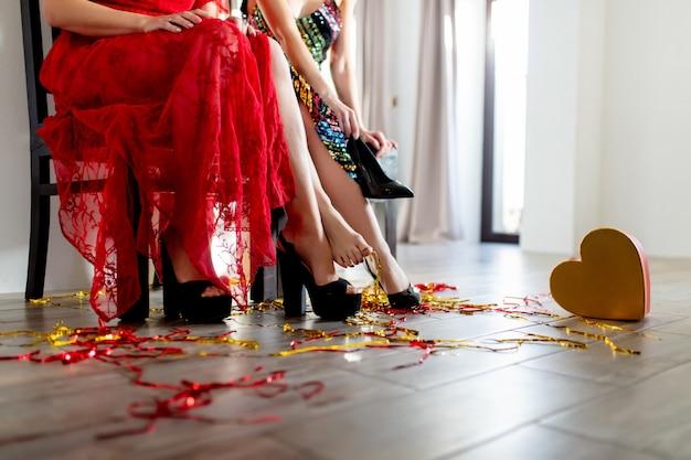 Deux femmes flirtent à pied lors d'une fête de la saint-valentin