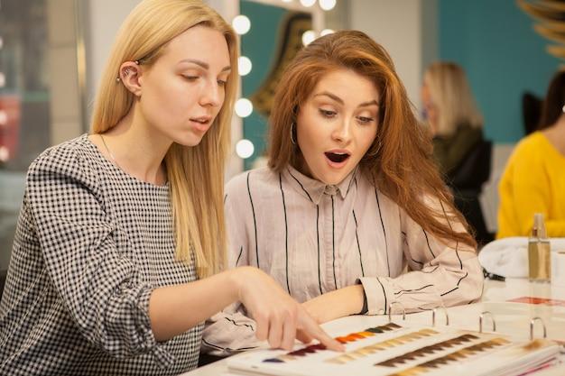 Deux femmes heureux profiter de jour au salon de coiffure