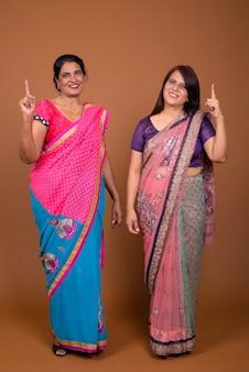 Deux femmes indiennes matures portant des vêtements traditionnels indiens sari ensemble