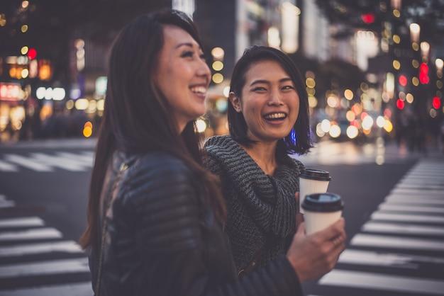 Deux femmes japonaises à tokyo pendant la journée. faire du shopping et s'amuser