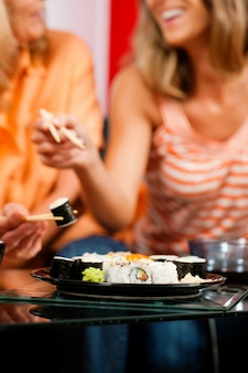 Deux femmes mangeant des sushis